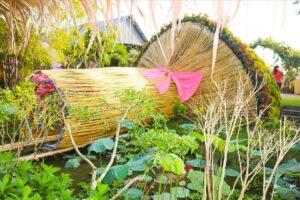 Bó hoa được làm từ 1.200 cây trúc, 300kg sắt và kết thành từ 260 chậu hoa cúc mâm xôi